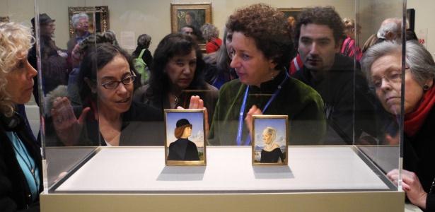 Jornalistas participam da abertura da exposição de exposição sobre retratos do renascentimo, em Nova York (19/12/2011) - AFP PHOTO/BRIGITTE DUSSEAU