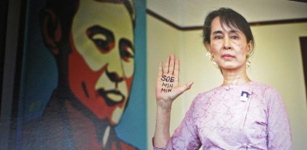 """Ativista birmanesa Aung San Suu Kyi é um dos destaques da mostra fotográfica """"Abhaya: Burma""""s Fearlessness"""", na Galeria Serindia, em Bangcoc (Tailândia) (24/12/11) - Noel Caballero/EFE"""
