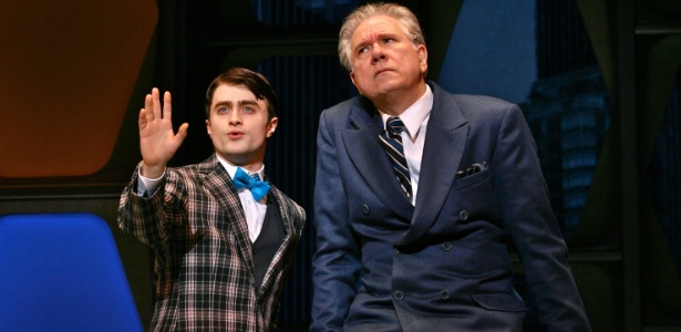 """Daniel Radcliffe e John Larroquette em cena da peça """"How to Succeed in Business Without Really Trying"""" (26/2/11) - AP"""