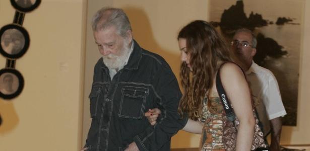 O artista plástico Mario Gruber com a neta Lorena Hollander na exposição em comemoração aos 20 anos do Memorial da América Latina, em São Paulo  (19/02/2009) - Mastrangelo Reino/Folhapress