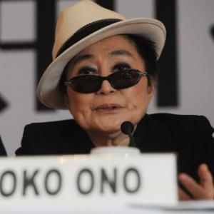 Yoko Ono conversa com o público em conferência na Índia (13/1/2012) - AFP PHOTO/ROBERTO SCHMIDT