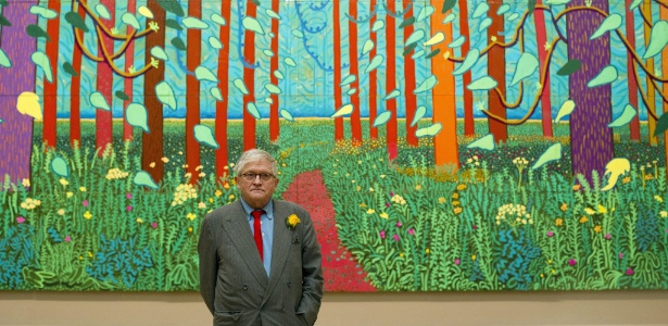 "David Hockney posa em frente a sua obra ""The Arrival Of Spring In Woldgate, East Yorkshire in 2011"" na Royal Academy de Londres, Reino Unido (16/01/12) - EFE"