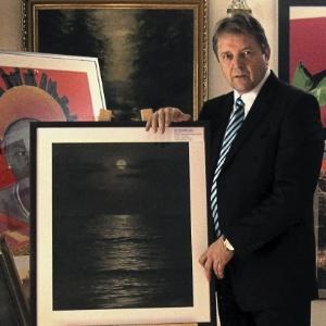 Jaroslav Krajnak, diretor de galeria de arte em Praga mostra quadro de Hitler leiloado por 32 mil euros - EFE