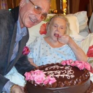 Zsa Zsa Gabor em foto da comemoração de seus 94 anos, em 2011 - REUTERS/Courtesy John Blanchette/Handout