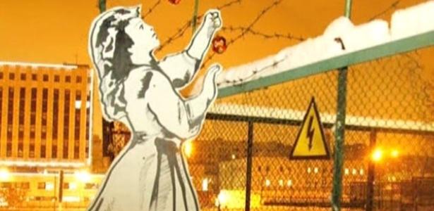 """Artista considerado como o """"Banksy russo"""" satiriza repressão política no país - BBC"""