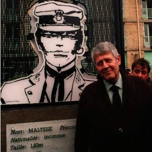 O cartunista italiano Hugo Pratt ao lado de seu personagem Corto Maltese na Suíça (8/3/2001)  - FSP-Mundo-21.08.95