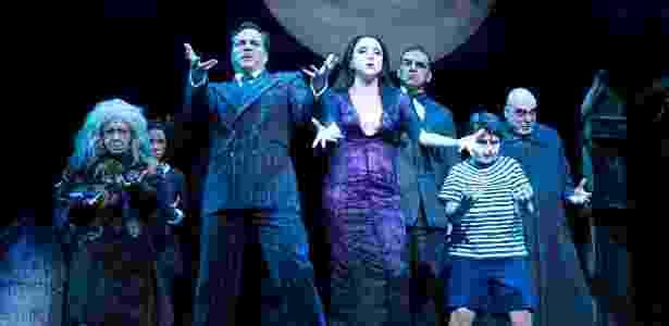 """Cena de abertura do espetáculo musical """"A Família Addams"""", com Daniel e Boaventura e Marisa Orth - Fabiano Cerchiari/UOL"""