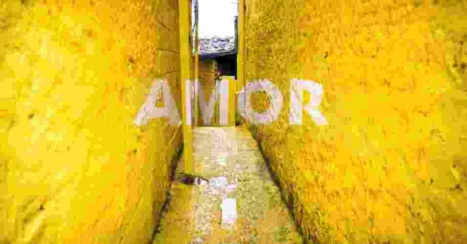 """O projeto """"Luz nas vielas"""", do coletivo espanhol de arte urbana Boa Mistura, deixou cores e palavras de motivação nas paredes de pequenas ruas da Vila Brasilândia, uma das maiores favelas de São Paulo - Boa Mistura"""