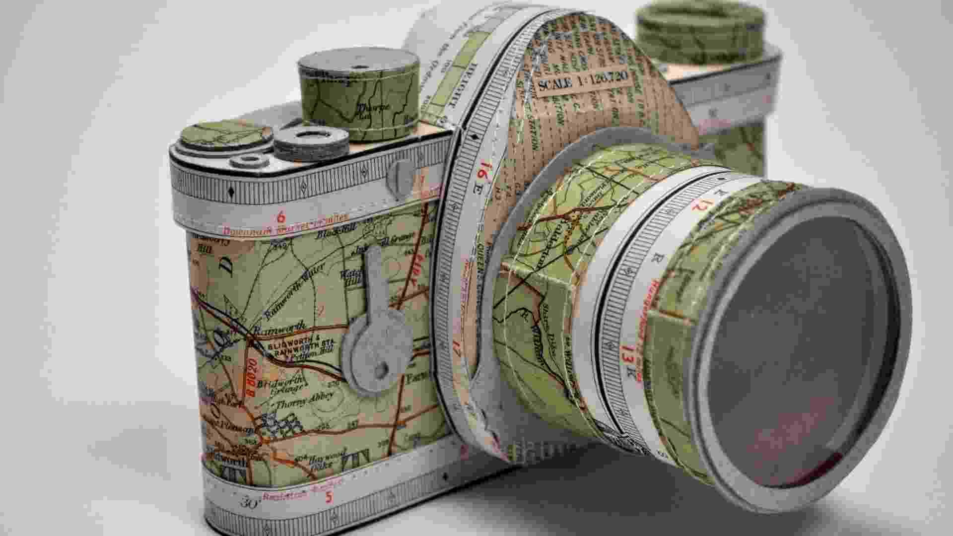 A artista britânica Jennifer Collier usa papéis como tecidos, para recriar objetos do cotidiano com riqueza de detalhes. Acima, uma câmera fotográfica feita com mapas e papel craft - Jennifer Collier/www.jennifercollier.co.uk