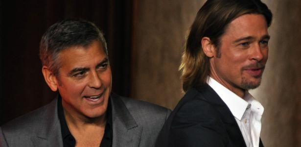 Os atores Brad Pitt e George Clooney em jantar do Oscar (6/2/2012) - AFP PHOTO/JOE KLAMAR