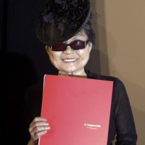 Yoko Ono posa com o prêmio Oskar Kokoschka em Viena (1/3/2012);  - REUTERS/Herwig Prammer