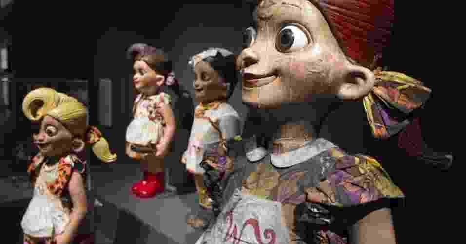 """Esculturas usadas no filme """"A Fantástica Fábrica de Chocolate"""", dirigido por Tim Burton, são exibidas durante a mostra """"Tim Burton, a exposição"""", na Cinemateca Francesa, em Paris (5/3/12). Com esculturas e desenhos do diretor norte-americano, o evento estará aberto ao público até o dia 5 de agosto. - REUTERS/Charles Platiau"""