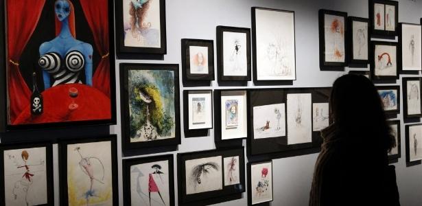 """Visitantes observam quadros da mostra """"Tim Burton, a exposição"""", na Cinemateca Francesa, em Paris (5/3/12). Com esculturas e desenhos do diretor norte-americano, o evento estará aberto ao público até o dia 5 de agosto. - AP Photo/Bob Edme"""