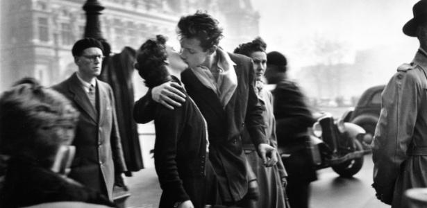 """""""O Beijo do Hotel de Ville"""" (""""Le baiser de l´Hôtel de Ville""""), de 1950, talvez a fotografia mais icônica de Robert Doisneau que faz parte da exposição no Rio (8/3/2012) - Divulgação"""