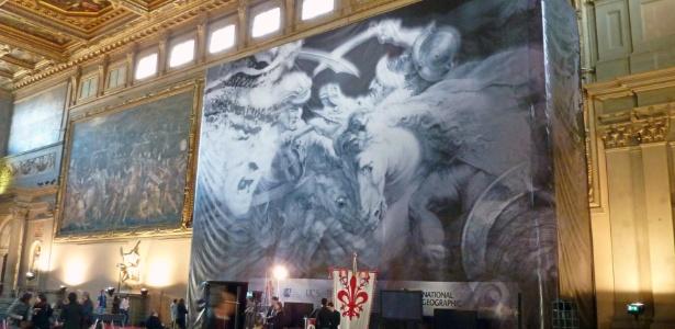 Em entrevista coletiva realizada na Itália, banner mostra a pintura de Leonardo da Vinci que especialistas acreditam estar escondida atrás de uma pintura no Palazzo Vecchio, sede da prefeitura de Florença, na Itália (12/3/12)  - AFP