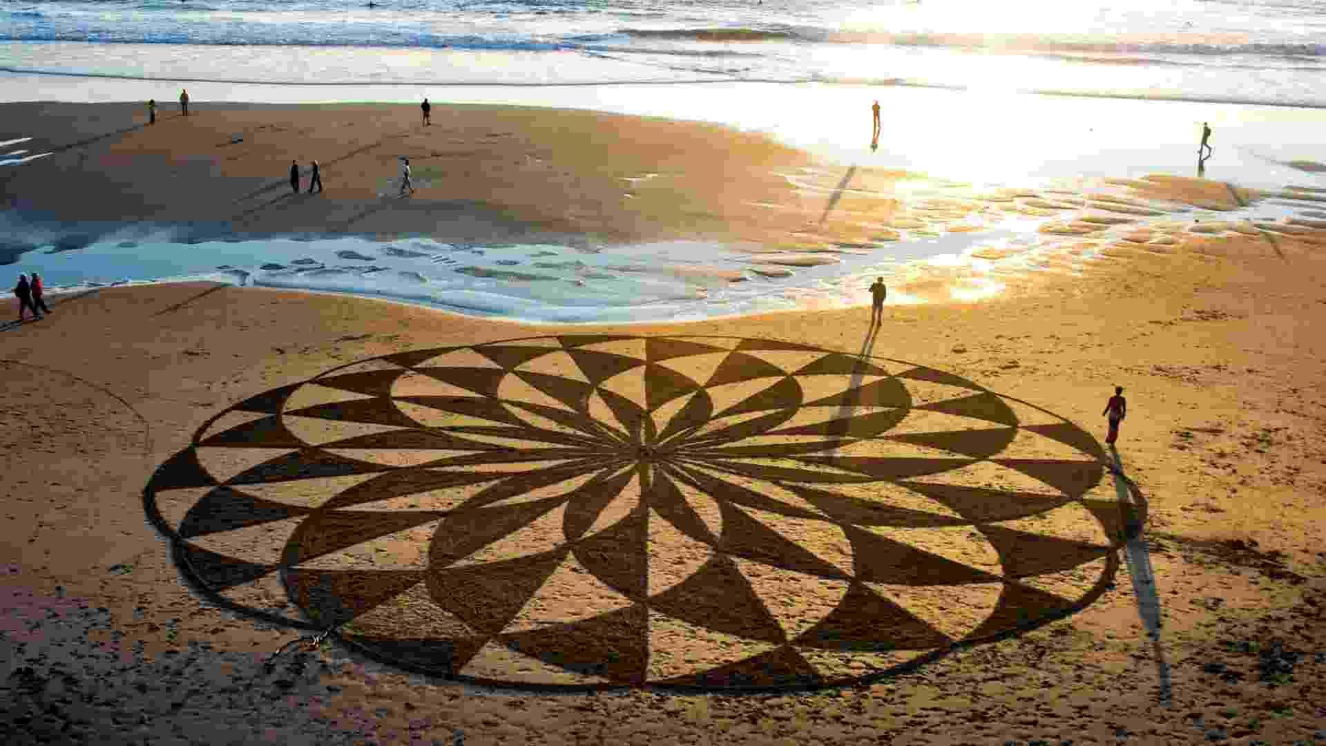 Andres Amador usa a areia das praias serve como tela e matéria-prima para suas criações - Caters