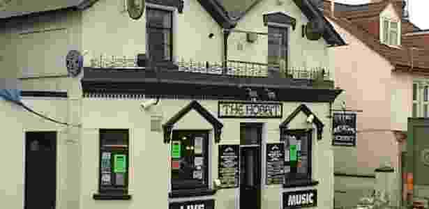 """Pub inglês aberto há 20 anos luta para manter o nome """"Hobbit"""" - BBC"""
