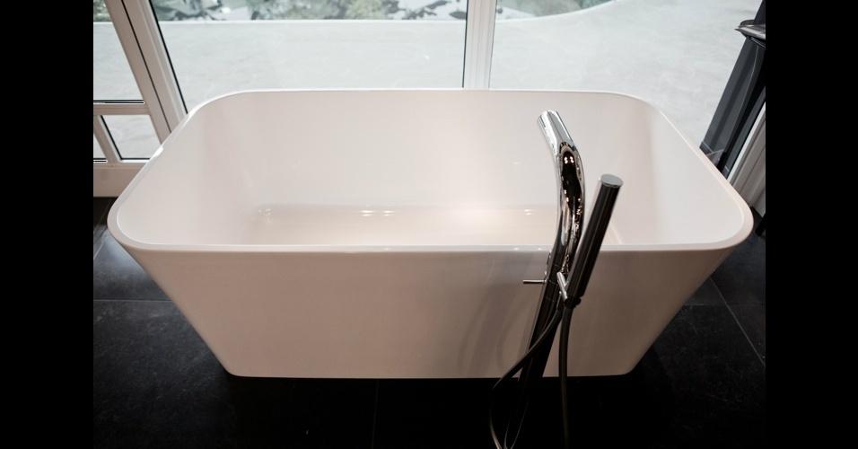 """A banheira retangular """"Edge Bath"""" é o novo lançamento da Victoria + Albert. Confeccionada em pedra vulcânica e resina, ela tem tecnologia termostática que ajuda a preservar a temperatura ambiente"""