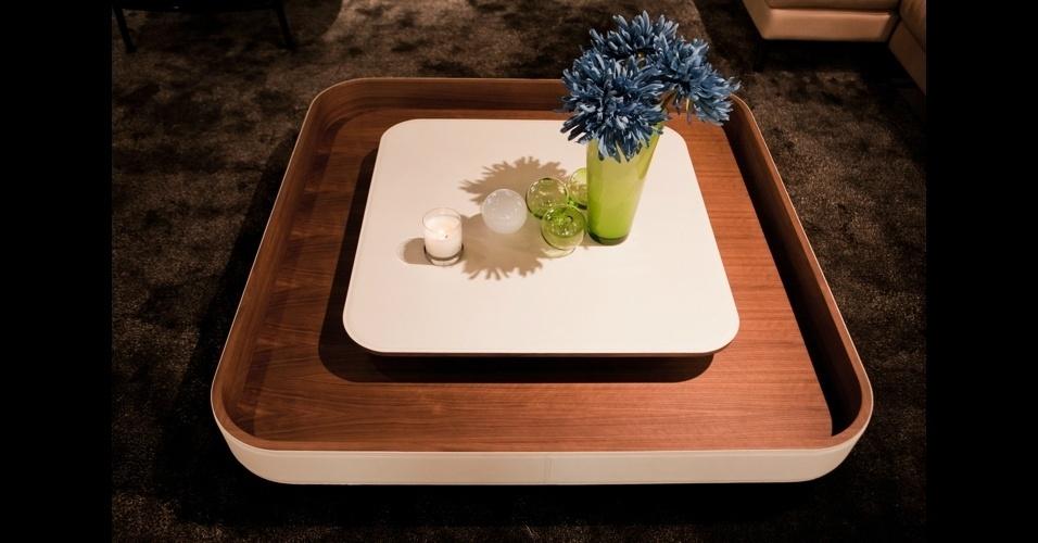 """A mesa de centro de dois andares """"Ninfea"""", também da Poltrona Frau, mistura madeira e couro"""