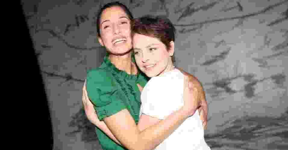 """Camila Pitanga abraça Drica Moraes na estreia da peça """"A Primeira Vista"""" no Teatro Poeira, no Rio de Janeiro (15/3/12) - AgNews"""