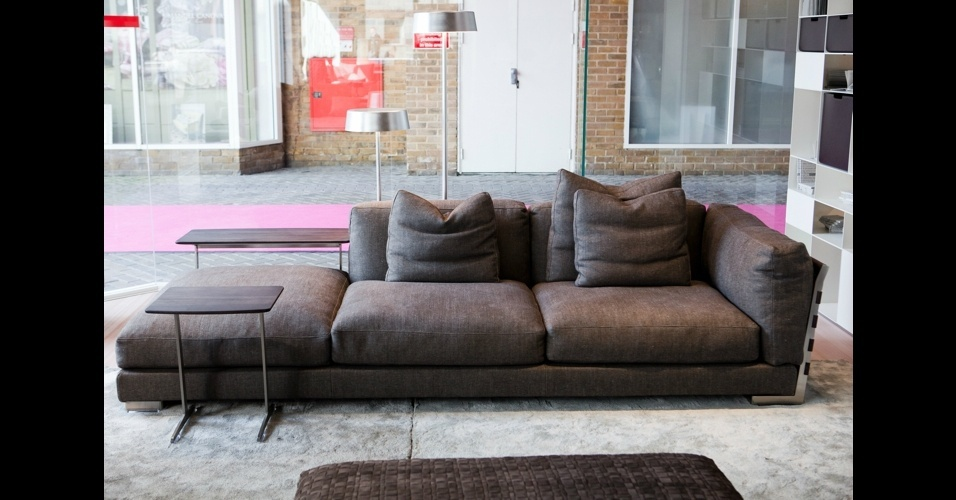 """Confeccionado em cetim metálico, o sofá """"Cestone 09"""", da marca italiana Flexform, além de ser lindo, é superconfortável"""