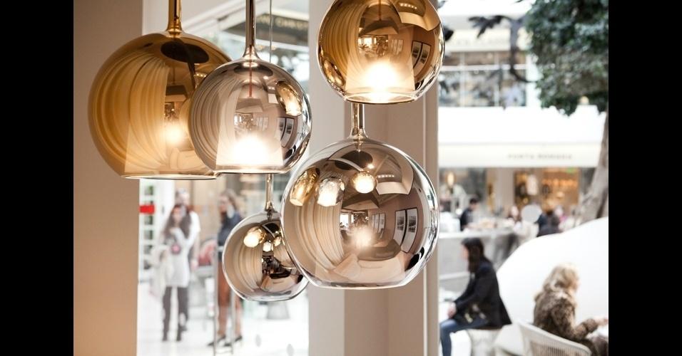 """Luminária de metal cromado """"Glo"""" brinca com reflexos e deixa o ambiente mais iluminado, da Penta"""