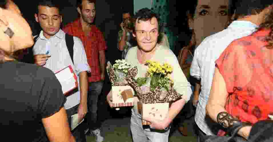 """Matheus Nachtergaele leva flores para Drica Moraes, que voltou aos palcos com a peça """"A Primeira Vista"""" no Teatro Poeira, no Rio de Janeiro (15/3/12) - AgNews"""